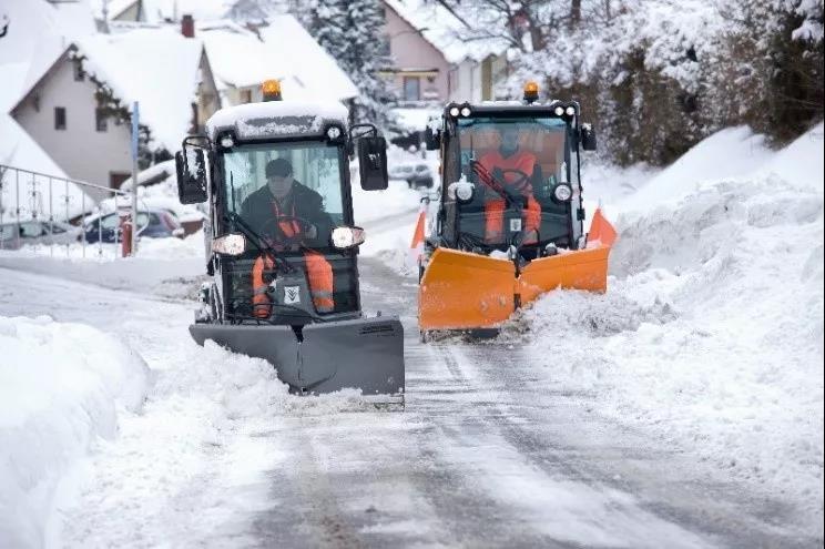 冬季扫雪、推雪和铲雪