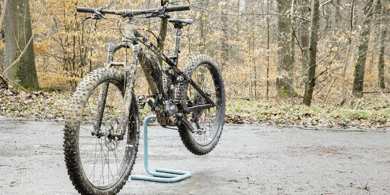 首先,将自行车放在水平地面上,然后将其固定到装配架上,或将其靠在墙上或大树上。