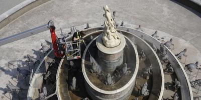 拉托纳喷泉顶部的罗马女神雕像